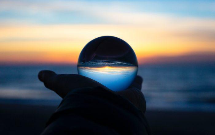 Sfera di cristallo di Drew Beamer tramite Unsplash